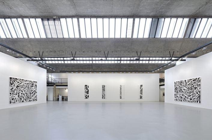 Exhibition view: Simon Hantaï, LES NOIRS DU BLANC, LES BLANCS DU NOIR, Gagosian, Le Bourget (13 October 2019–27 June 2020). Artwork© Archives Simon Hantaï/ADAGP, Paris. Courtesy Gagosian. Photo: Thomas Lannes.