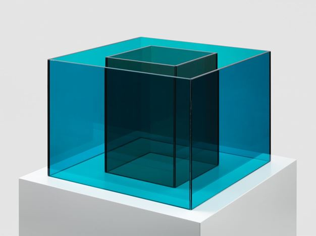 Larry Bell, Speculation 2 (2018). Peacock and Sand laminated glass. 30.5 x 40.6 x 40.6 cm / 12 x 16 x 16 inches. © Larry Bell. Courtesy the artist and Hauser & Wirth.