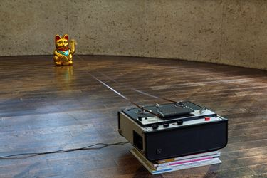 Duto Hardono, Popular Critics (2011). Sony tape, mannequineko, art magazines. Dimensions variable. © Duto Hardono.