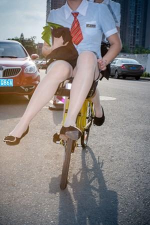 Cycling girl 骑自行车的女孩 by Feng Li contemporary artwork
