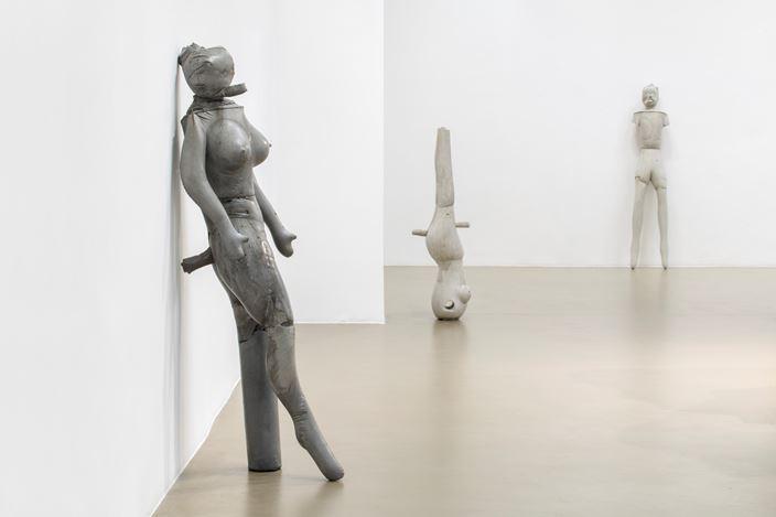 Exhibition view: Jean-Luc Moulène, Implicites & Objets, Galerie Chantal Crousel, Paris (22 October 2020–14 January 2021). Courtesy the artist and Galerie Chantal Crousel, Paris. Photo: Martin Argyroglo.
