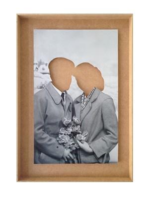 Liebespaar ohne Köpfe in Holzkiste  by Hans-Peter Feldmann contemporary artwork photography