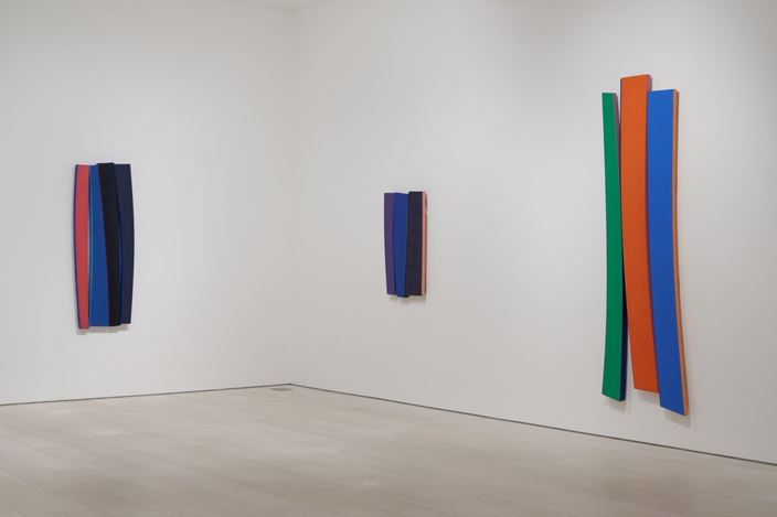 Exhibition view: Noland, Flares, Pace Gallery, New York (5 March–14 August 2020). © The Kenneth Noland Foundation. Courtesy Pace Gallery.