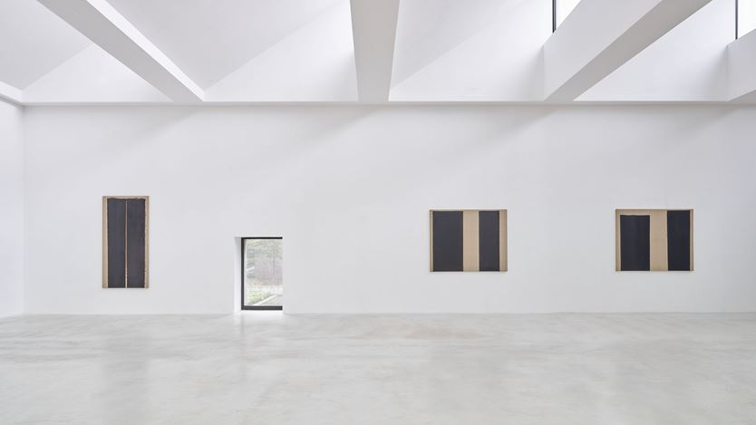 Exhibition view: Yun Hyong-keun, Untitled, Axel Vervoordt Gallery, Antwerp (24 October 2020–20 February 2021). Courtesy Axel Vervoordt Gallery.