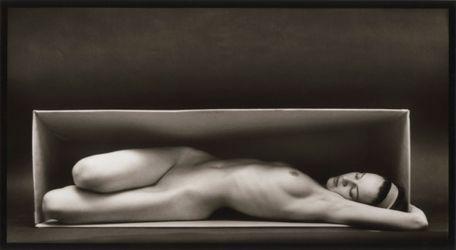 Ruth Bernhard,In The Box Horizontal (1962). Silver gelatin print. 18.4 cm x 34.6 cm. Courtesy Galerie Albrecht, Berlin.
