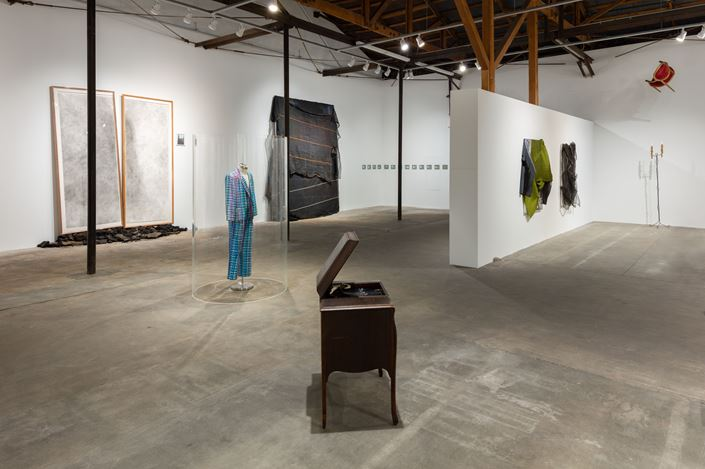 Exhibition view: David Hammonds,Hauser & Wirth, Los Angeles (18 May—11 August 2019). © David Hammons. Courtesy the artist and Hauser & Wirth. Photo: Fredrik Nilsen Studio.